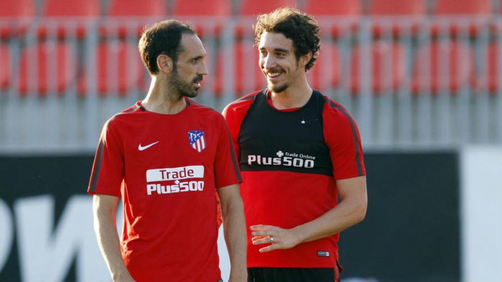 Vrsaljko bromea con Juanfran en un entrenamiento.