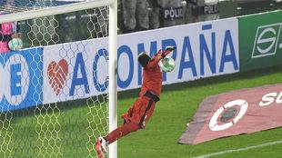 Con esta parada, Muslera evitó el gol de falta de Messi en la segunda...