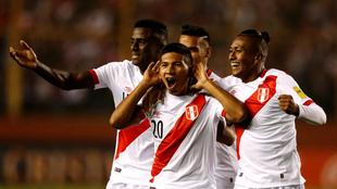 Édison Flores (centro) celebra con sus compañeros el primer gol de...