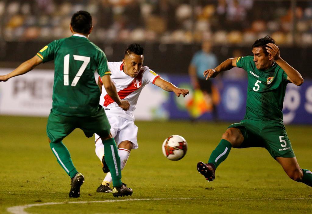 Christian Cueva remata para anotar el segundo gol de Perú