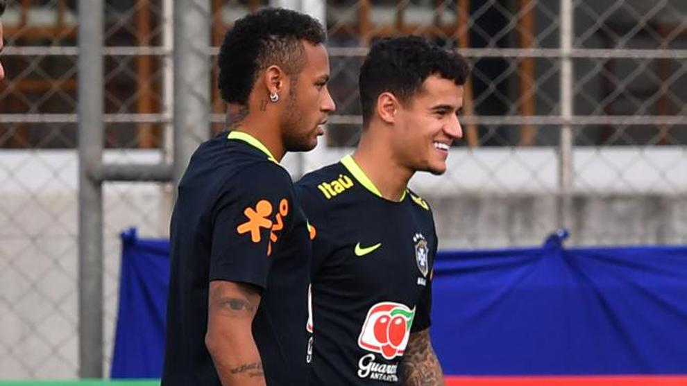 Neymar (25) y Coutinho (25), en el entrenamiento de la selección de...