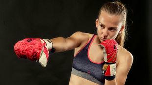 Esther Sullastres, durante un entrenamiento, con sus nuevos guantes.