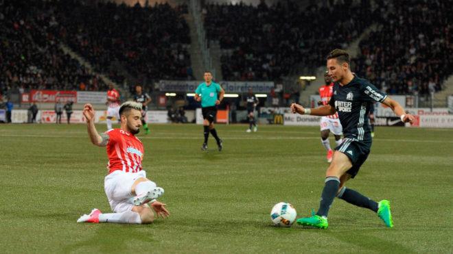 Cabaco intenta frenar el avance de un rival durante un partido con el...