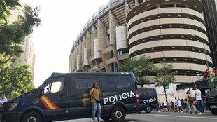 Furgones de la policía en el Santiago Bernabéu
