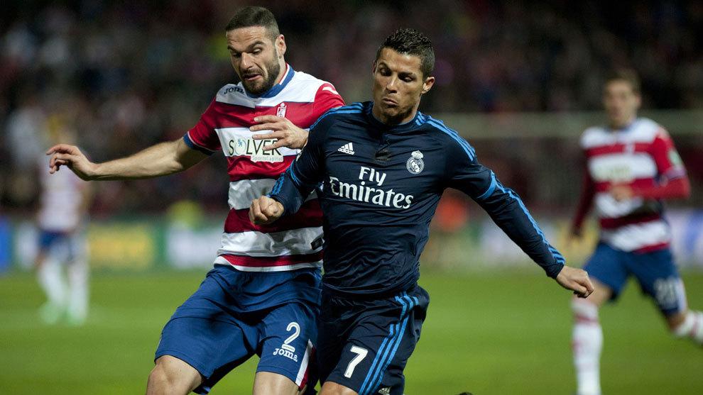 David Lombán, en el Granada, disputa un balón con Ronaldo