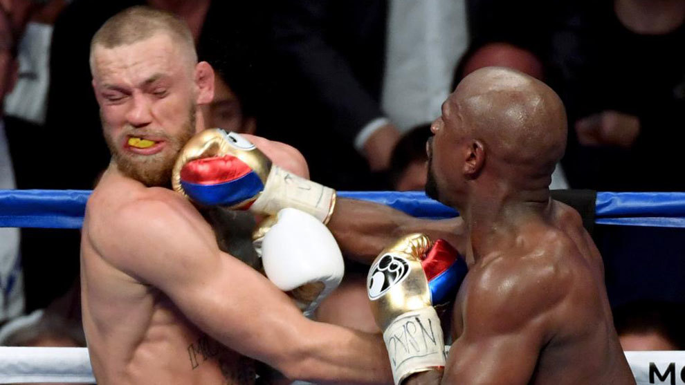 Conor McGregor y Floyd Mayweather, en un momento del combate del...