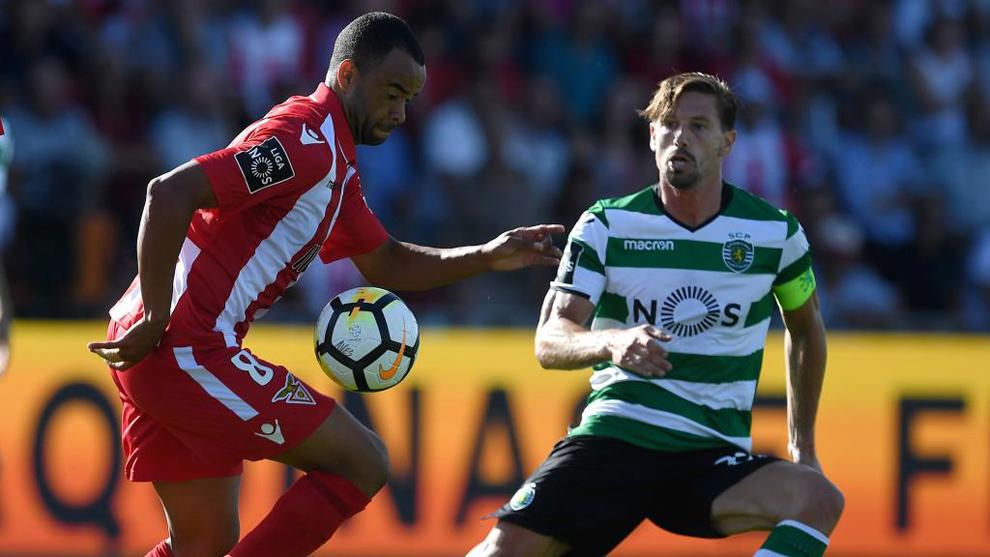 Silva (derecha), durante un partido entre el Aves y el Sporting