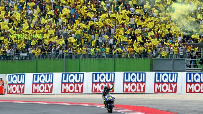 Rossi saluda a sus fans en Misano.