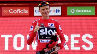 Christopher Froome celebra el liderato en el podium.