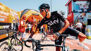 Gianni Moscon, segundo en la etapa de hoy, subi�ndose a la bicicleta.