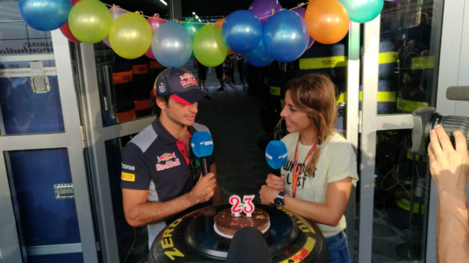 Carlos Sainz, con una tarta, celebra su 23 cumplea�os.