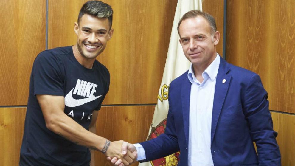 Vinícius saluda al presidente Lapetra tras firmar su nuevo contrato.