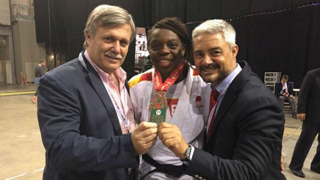 Bernabéu posa con la medalla junto a Carlos Montero y Mario Muzas.