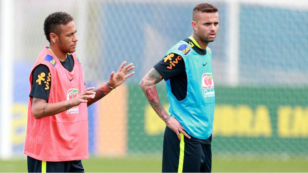 Luan, en un entrenamiento esta semana, junto al jugador del PSG,...