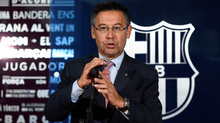 Bartomeu, durante la presentaci�n de Paulinho en el Camp Nou