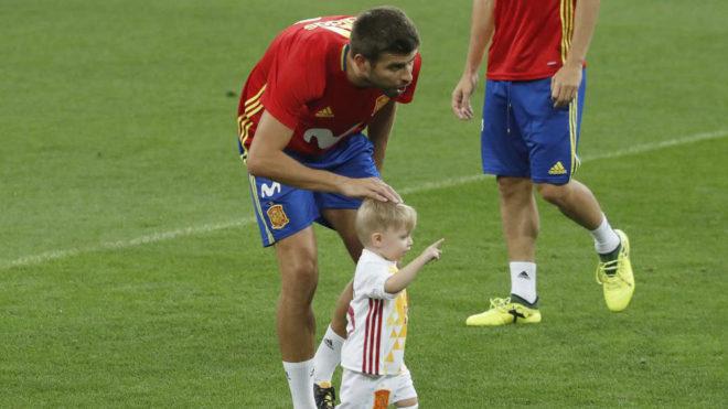 Selección de España  Piqué se divierte con los hijos de Ramos ... 2f04f02eadcd4