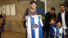 Lucas P�rez (28) posa con la camiseta del D�por en el Aeropuerto de...