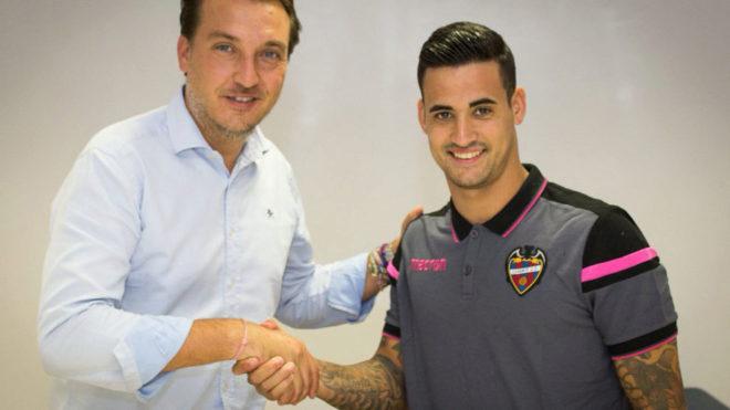 Nano estrecha la mano con el presidente del Levante, Francisco...