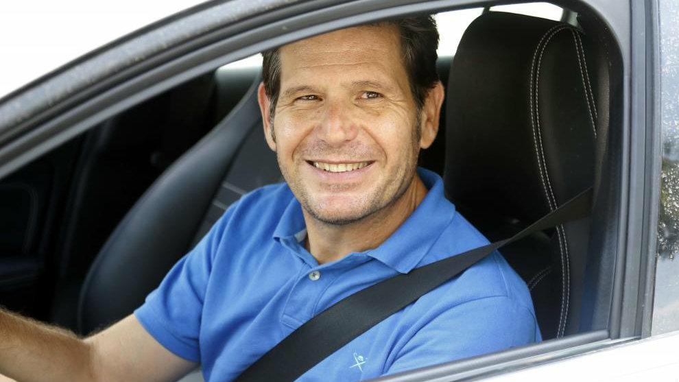 Mateu Alemany sonríe en su coche.