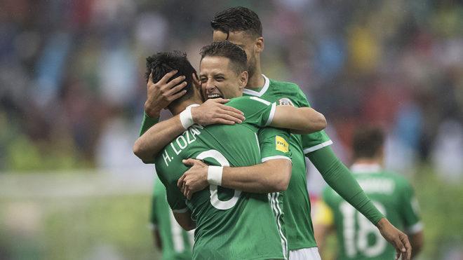 Festejo en el gol de Lozano.