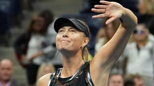 Mar�a Sharapova (30) saluda al p�blico tras vencer a Sof�a Kenin