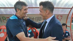 uan Ramón López Caro y Luis García Plaza se saludan en el encuentro...