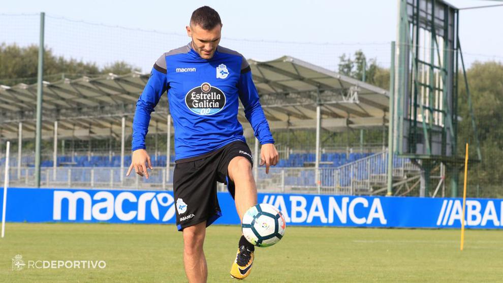 Lucas Pérez (28) domina el balón en la ciudad deportiva