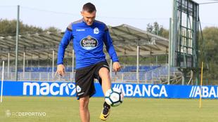 Lucas P�rez (28) domina el bal�n en la ciudad deportiva