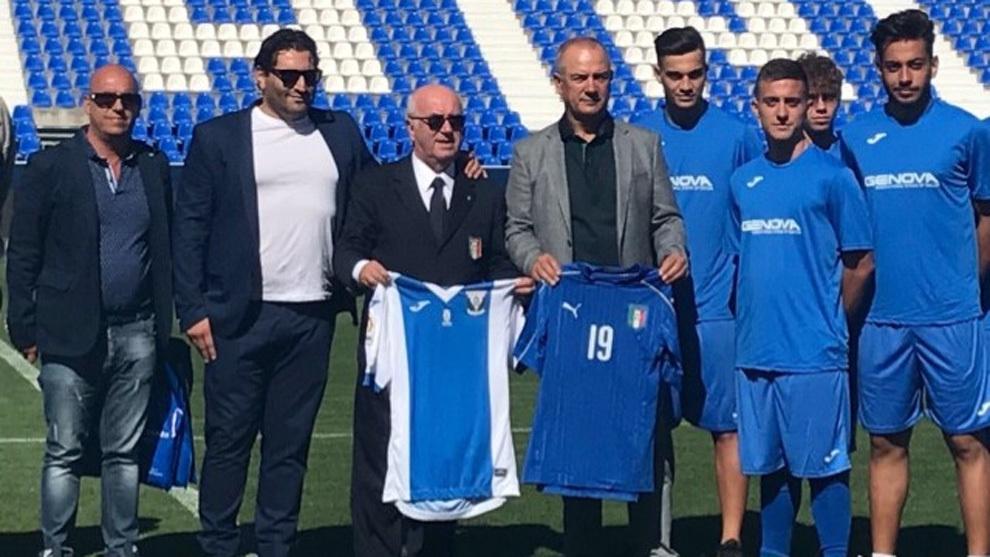Tavecchio (centro) sostiene la camiseta del Lega
