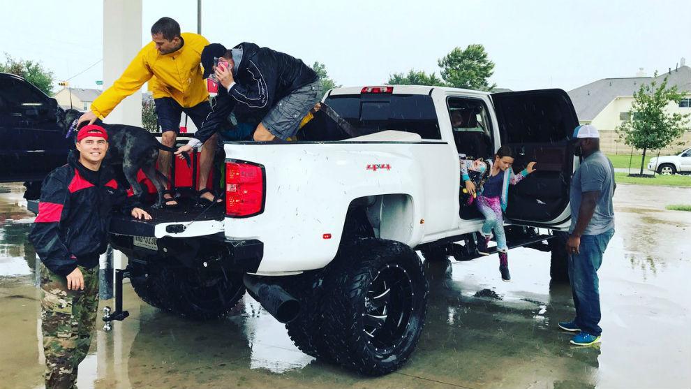 Derrick Lewis ayudando a bajar de su coche a una de las víctimas del...
