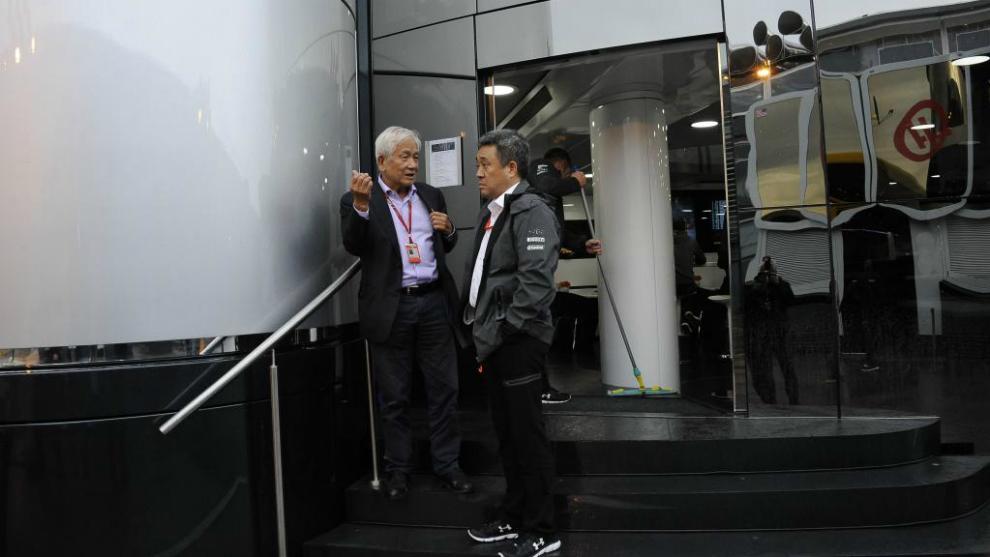 Yamamoto (derecha) en las escaleras de entrada al 'hospitality' de...