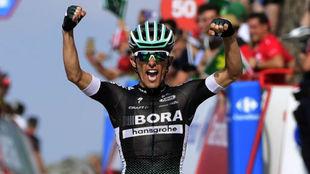 Majka celebrando el triunfo de etapa en La Pandera.