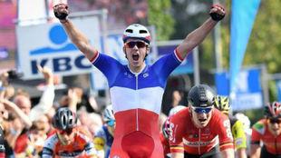 Arnaud Demare celebrando su triunfo en Bruselas.
