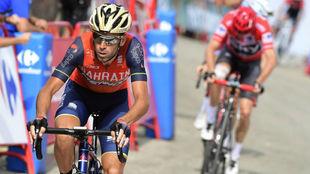 Vincenzo Nibali entrando en meta por delante de Froome.