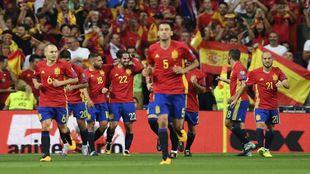 España celebrando uno de los goles de Isco