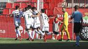 Los jugadores del Sporting celebran el segundo gol de Scepovic ante un...