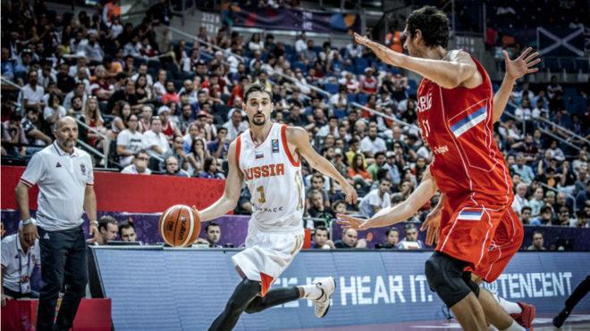 Shved con el balón en el encuentro ante Serbia.
