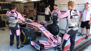 Checo, subido a su Force India en el box