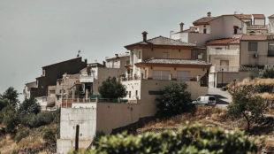 Imagen de El Chive, con la casa de Zidane en primer t�rmino.