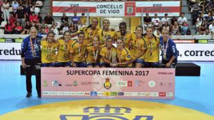 La plantilla amarilla celebra el título ayer en As Travesas, Vigo