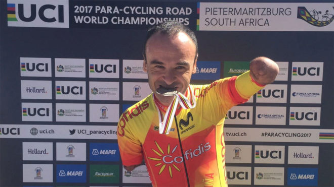 Ricardo Ten celebra su medalla de plata en Sudáfrica.