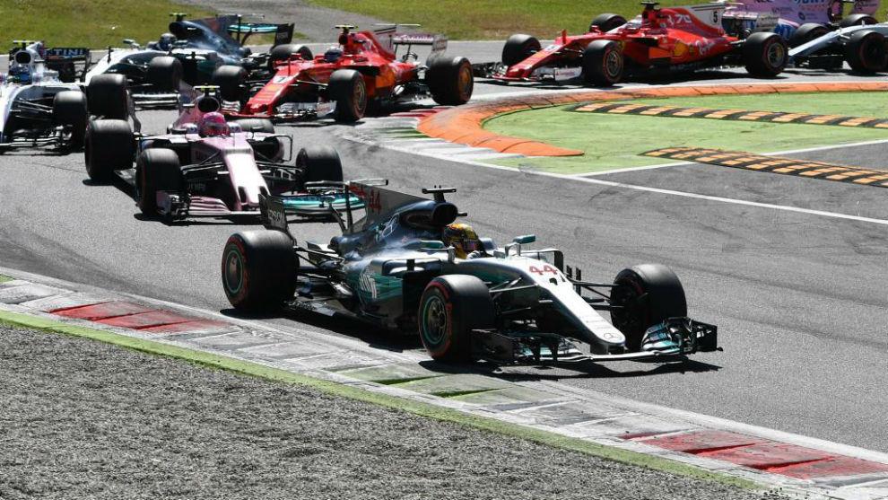 Hamilton dobla la primera curva en una carrera que dominó de...