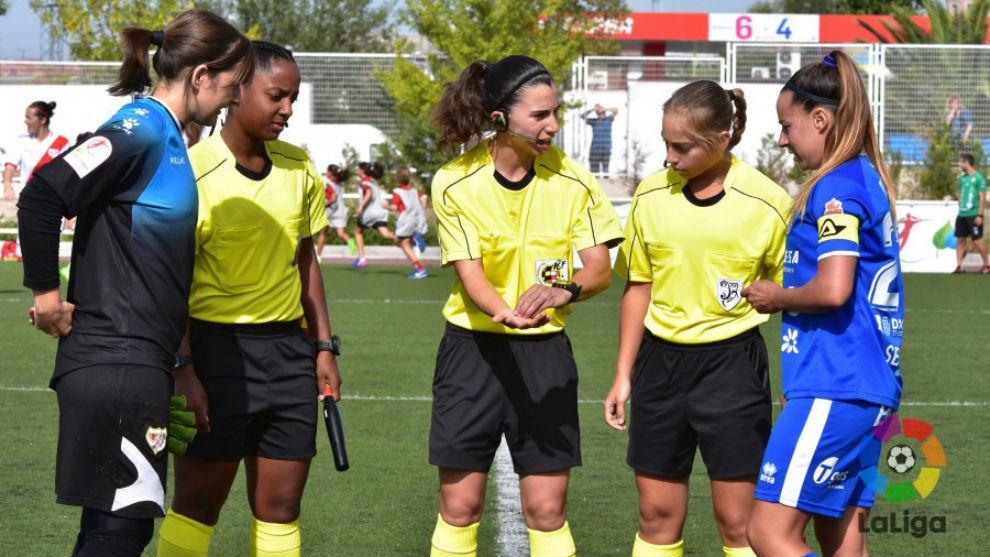Ainara Andrea Acevedo junto a capitanas de Rayo Vallecano y...