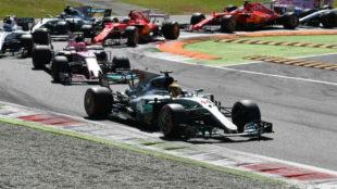 Hamilton dobla la primera curva en una carrera que domin� de...