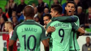 Andr� Silva celebra con Cristiano su gol.