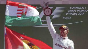 Lewis Hamilton, en el podio de Monza