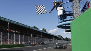 Lewis Hamilton cruza la línea de meta en Monza