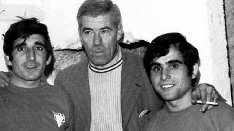 Dámaso González, primero por la izquierda, con el escudo del...