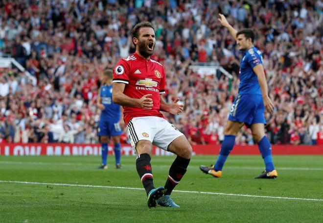 Juan Mata celebra un gol con el United.