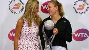 Arantxa entregando el trofeo de número uno a Kerber